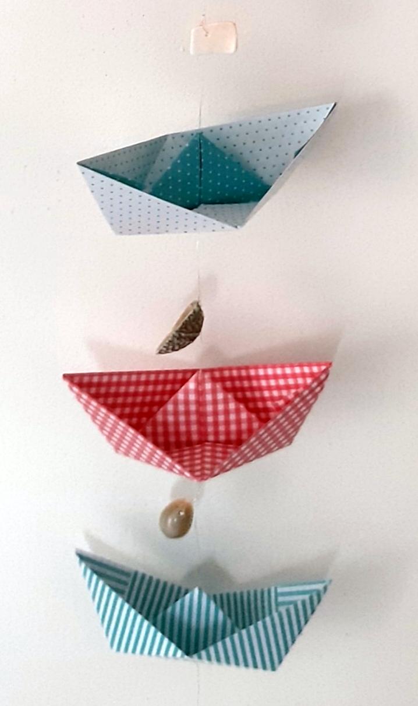 1 Schiff aus blauen, rotem und hellblauem Faltpapier.