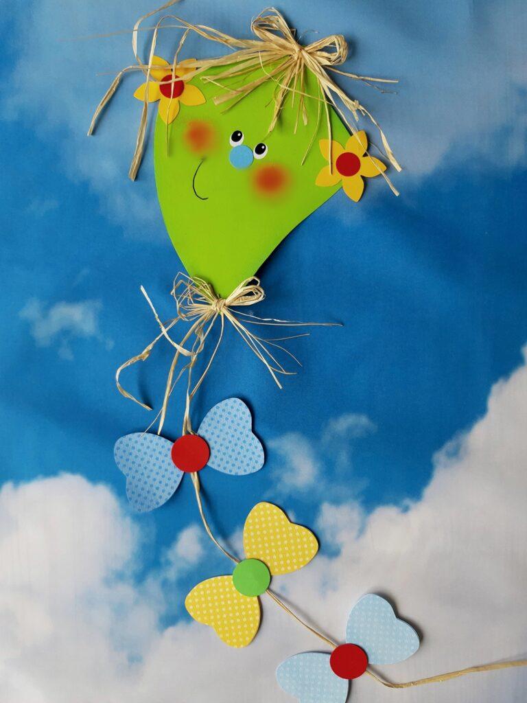 Ein fliegender Herbstdrachen aus Papier