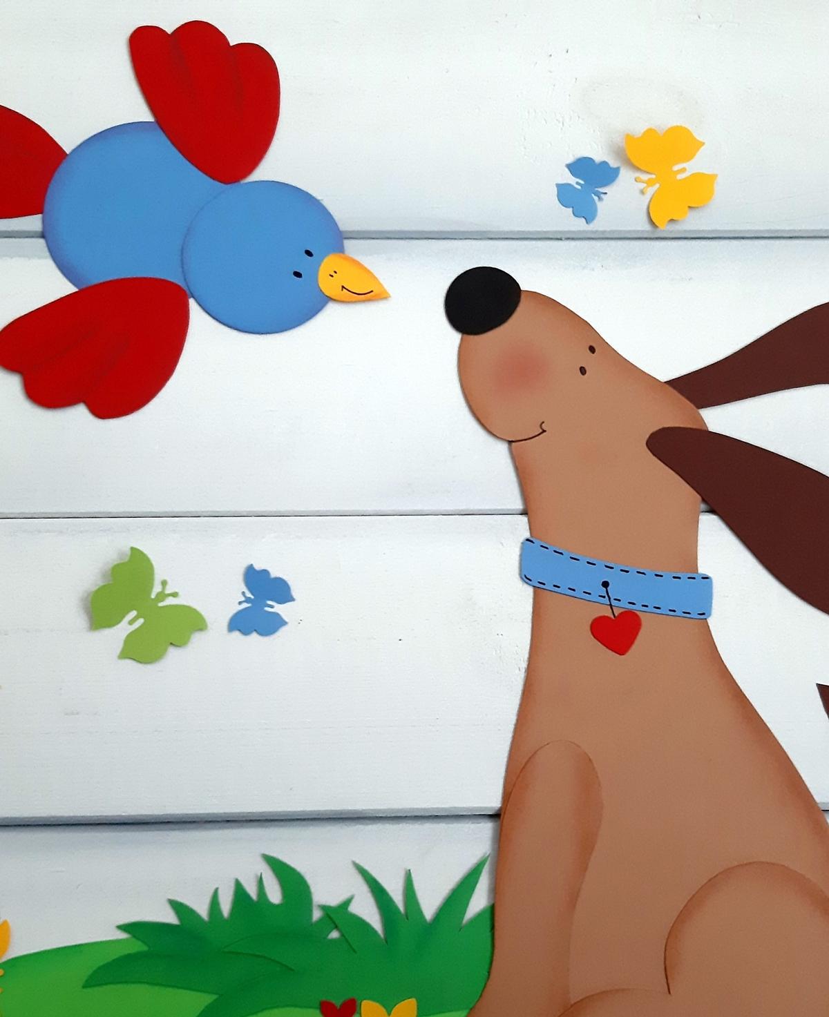 Tierische Freundschaft mit einem Hund und einem Vogel aus Papier