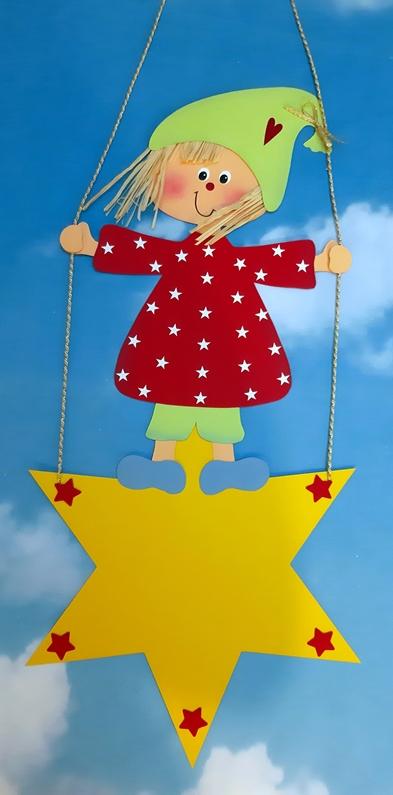 Fensterbild mit einem Weihnachtswichtel, der auf einem Stern schaukelt.