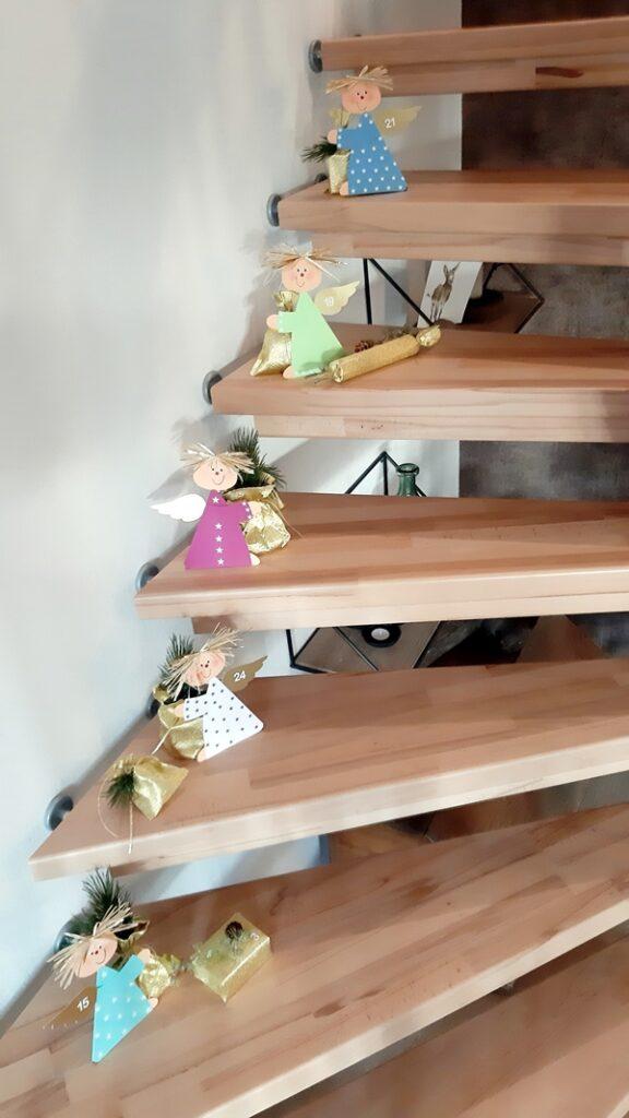 Eine Treppe mit vielen Engeln als Adventskalender.