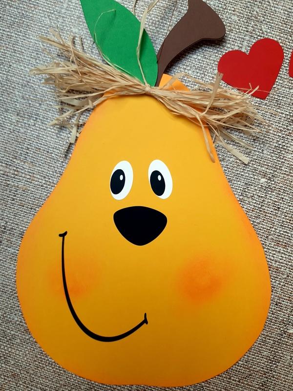 Eine Birne mit Gesicht aus Buntpapier.
