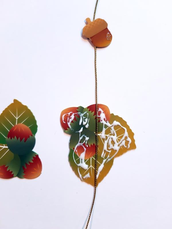 Mobile Herbstzauber, Eicheln werden befestigt