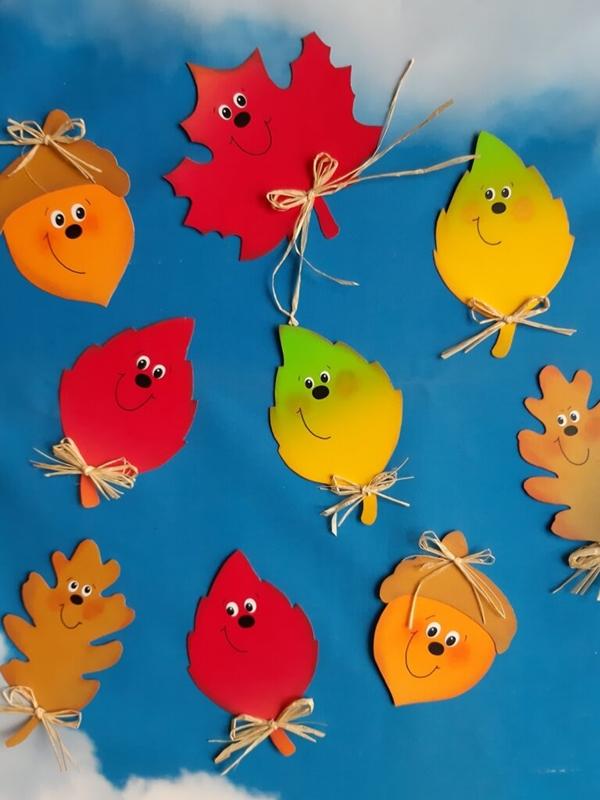 Bunter Herbstblätter am Himmel.
