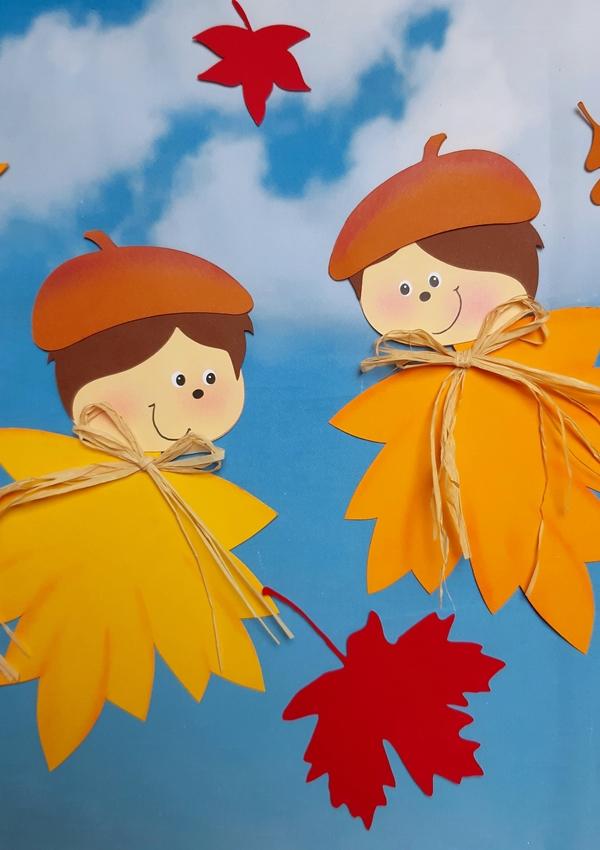 2 Blätterkinder schauen sich an.