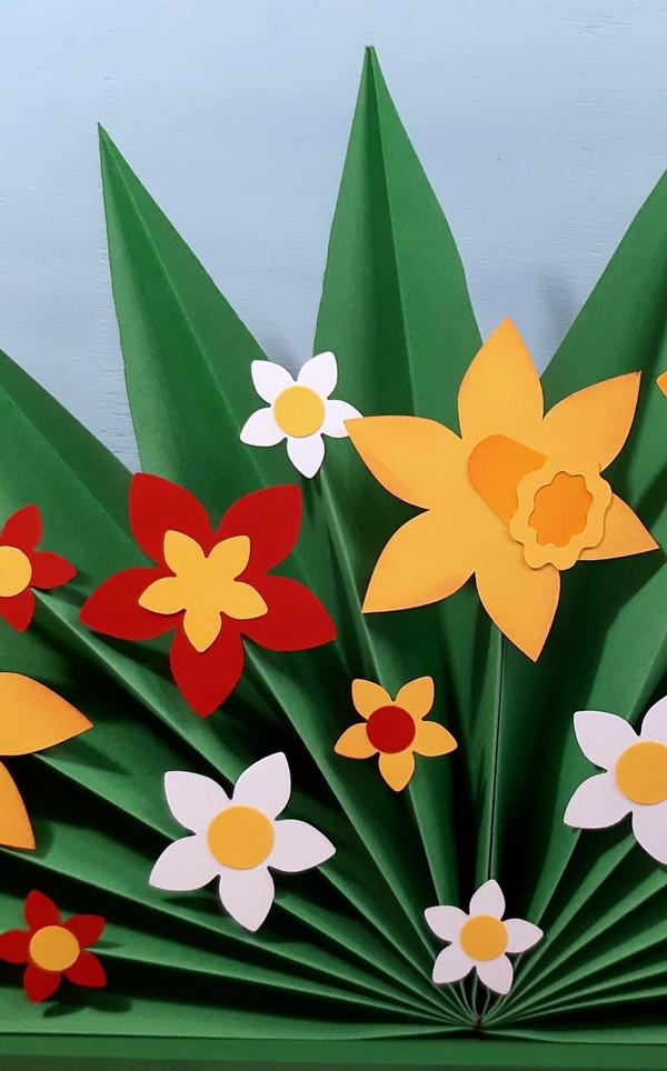 Ein Ausschnitt vom Plissee mit bunten Blumen.