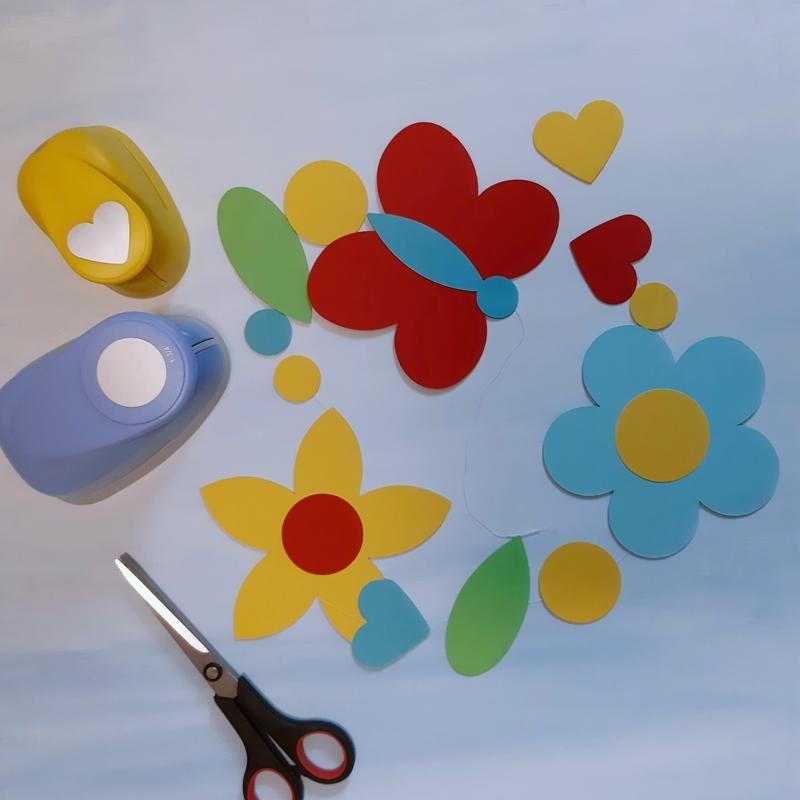 Bunte Blumen und Schmetterlinge für Blumenketten aus Papier.
