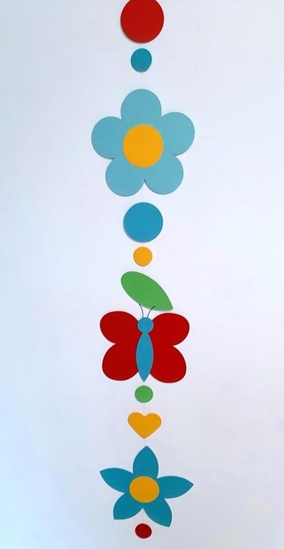 Eine Blumenkette aus Fotokarton.