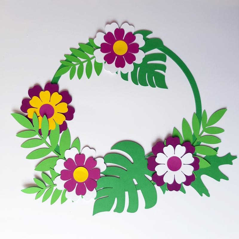 Ein Blütenkranz aus Papier in bunten Farben