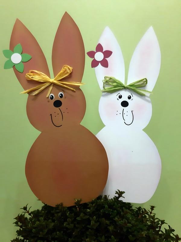 Zwei Hasen in braun und weiß als Blumenstecker