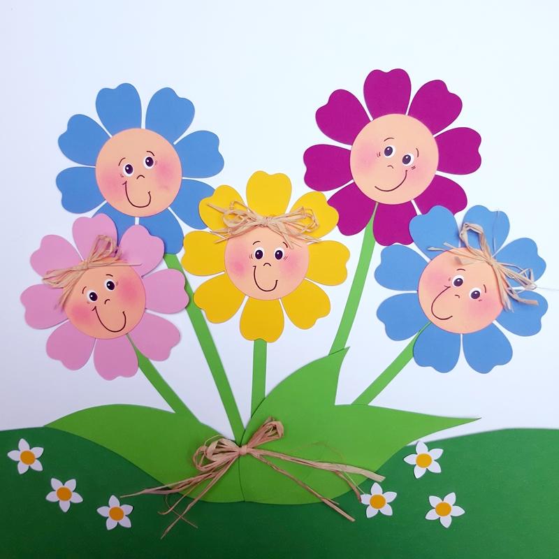 Bunte Blumen aus Bastelpapier auf einer Blumenwiese