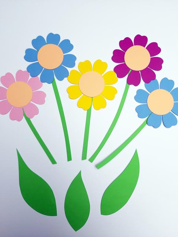 Einzelteile bunter Blumen aus Bastelpapier