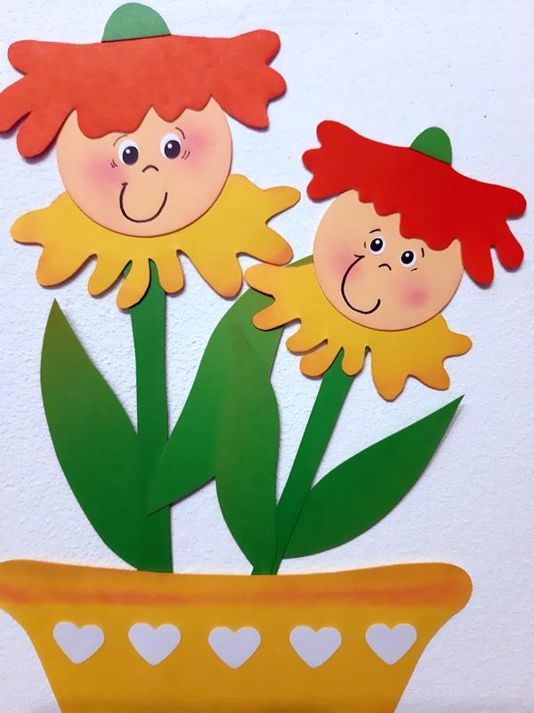 Fensterbild mit bunten Blütenkinder im gelben Blumentopf