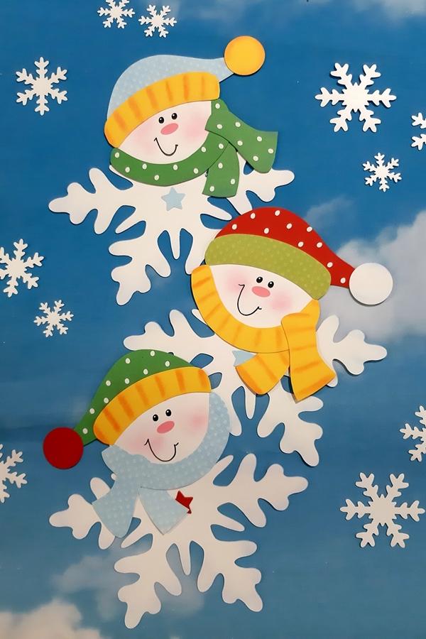 3 Schneeflocken mit Kleidung und Gesichtern.