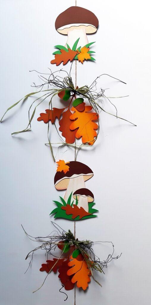 Dekokette Waldpilze mit Eichenblätter