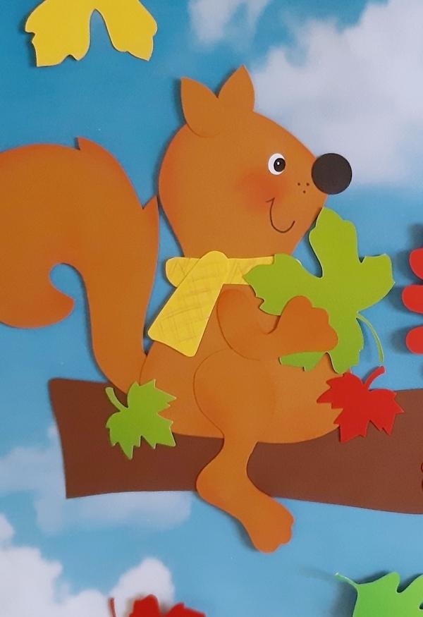 Ein Eichhörnchen aus Papier auf seinem Lieblingsplatz.