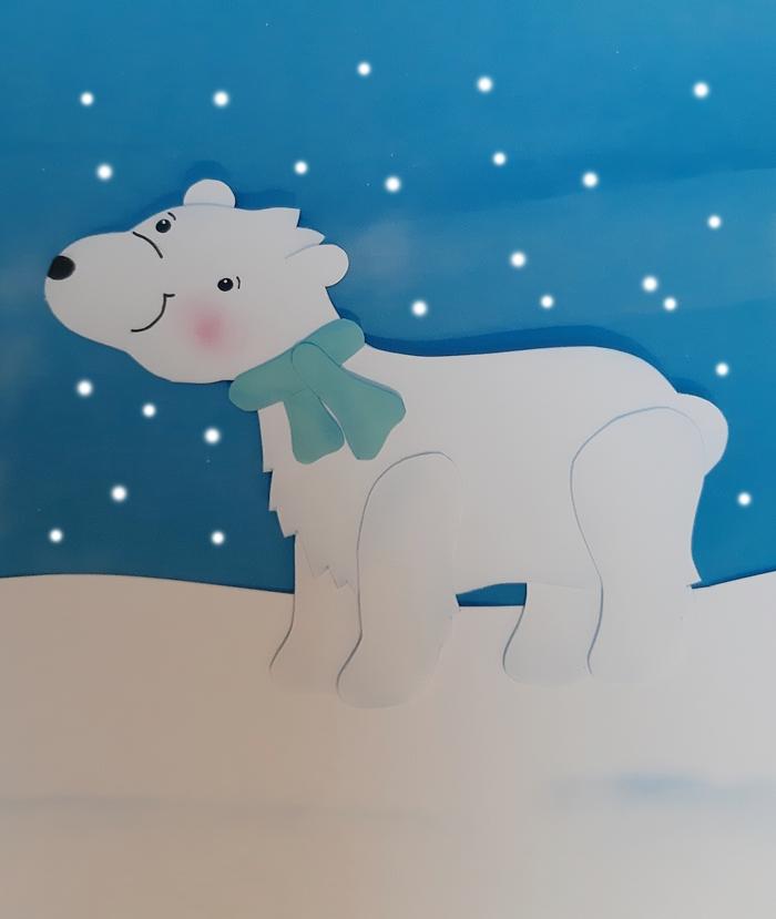 Eisbär aus Papier mit blauem Schal