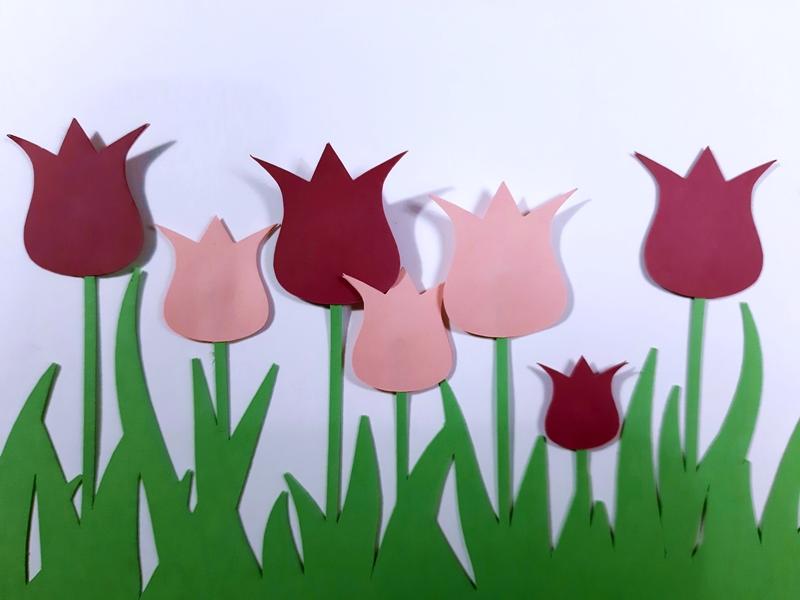 Tulpen aus Papier als Fensterbordüre.