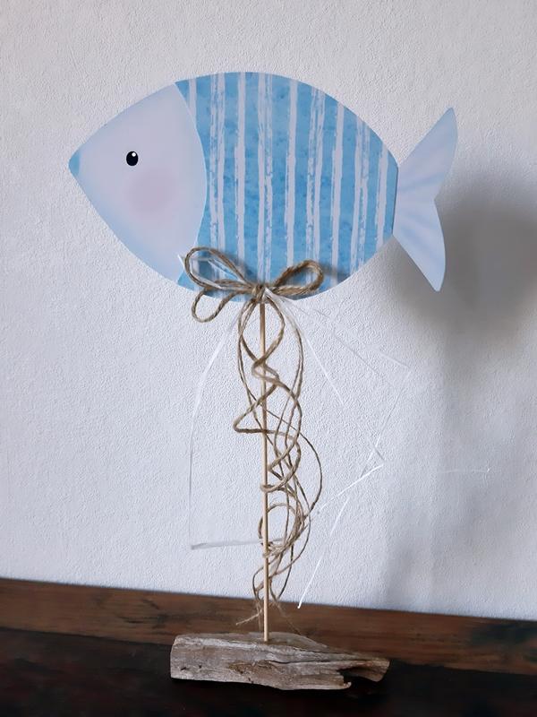 1 Fisch aus Papier in blau und weiß am Holzstab