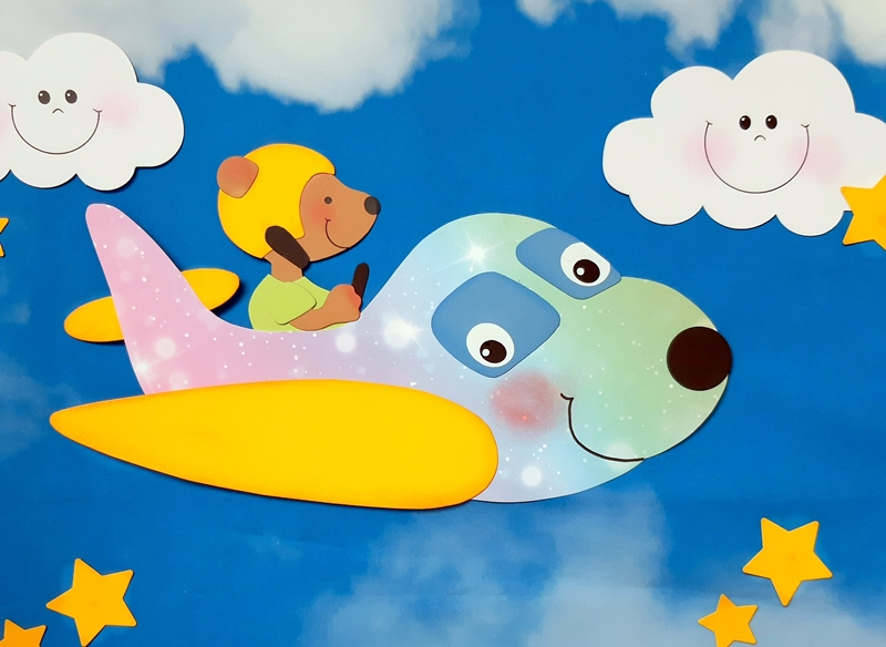 Ein Flugzeug mit einem Bären über den Wolken.