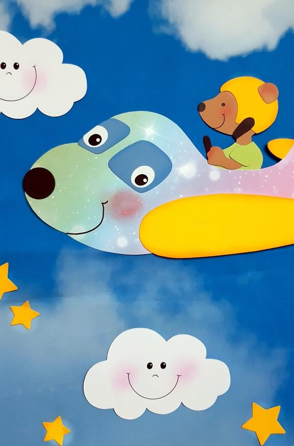 Das fertige Fensterbild mit Flugzeug und Wolken.