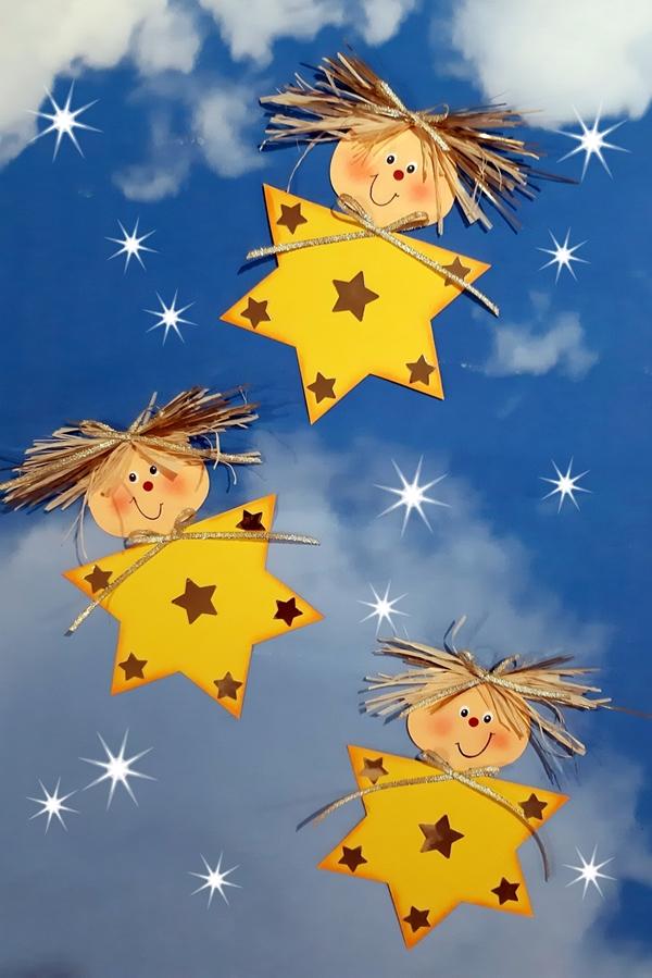 3 funkelnde Sterne aus Papier am Himmel.