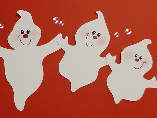 3 kleine Geister halten sich an den Händen.