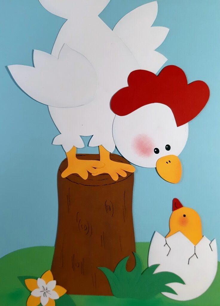 Das Huhn guckt das Küken an.