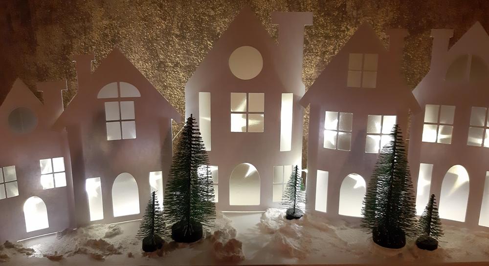 5 beleuchtete Häuser aus Papier.