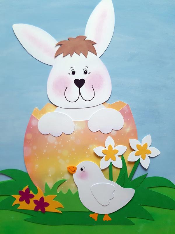 Weißer Hase im buntem Osterei mit weißem Küken
