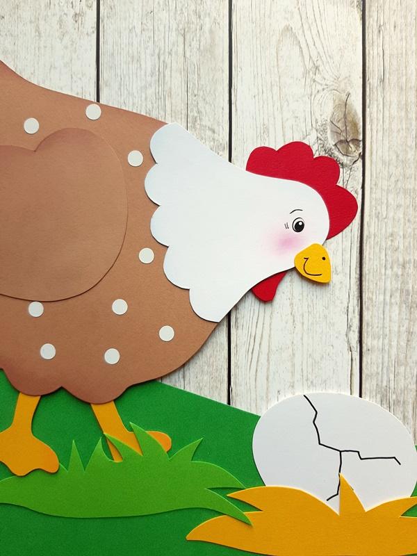 Henne mit Ei vor einer Holzwand