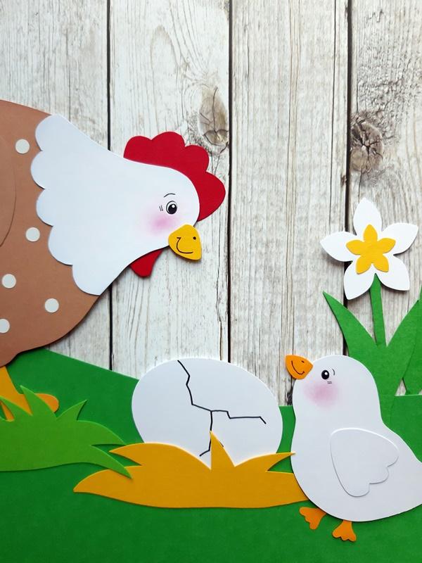 Henne mit Ei und Küken vor einer Holzwand