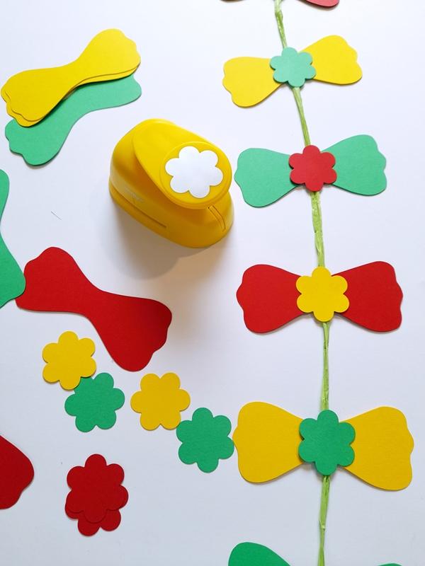Blumen für die Schleifen ausstanzen