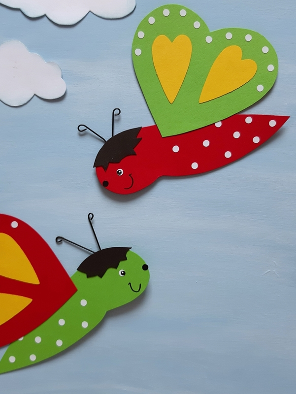 2 Schmetterlinge aus papier in grün und rot