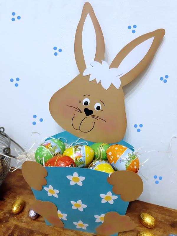 Hase mit Geschenkschachtel und Schokoladeneiern