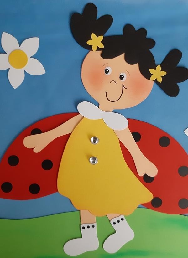 Ein Marienkäfer-Mädchen aus Papier im Frühling