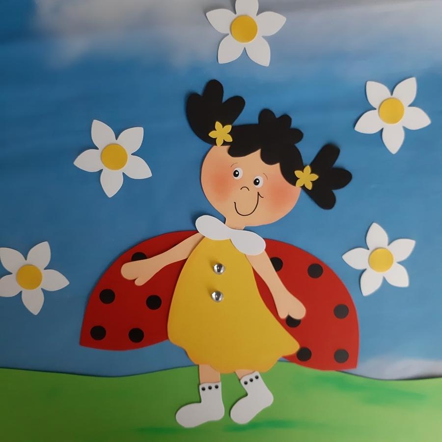 Ein Marienkäfer als Fensterbild im Frühling