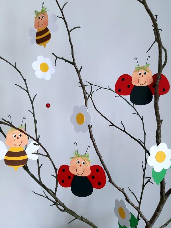 Ein Zweig mit Bienen und Marienkäfer aus Fotokarton