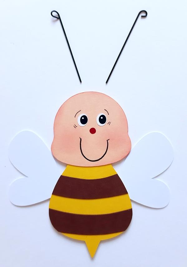 Eine Biene wird aus aus Fotokarton gebastelt