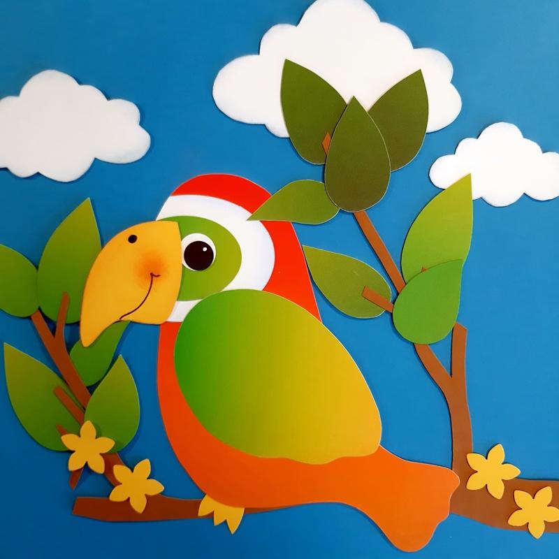 Ein bunter Paradies-Vogel aus Regenbogen-Fotokarton in der Vollansicht.