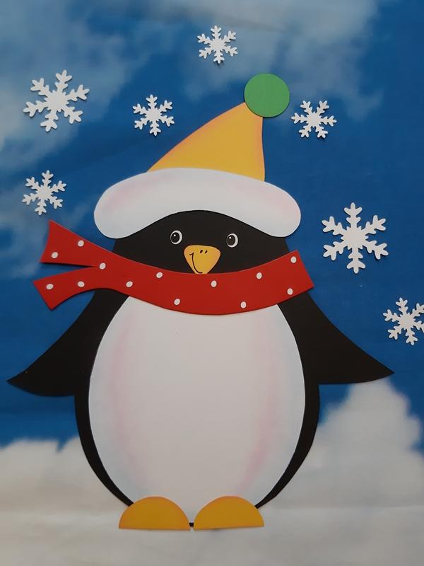 Ein Pinguin aus Papier als Fensterbild.