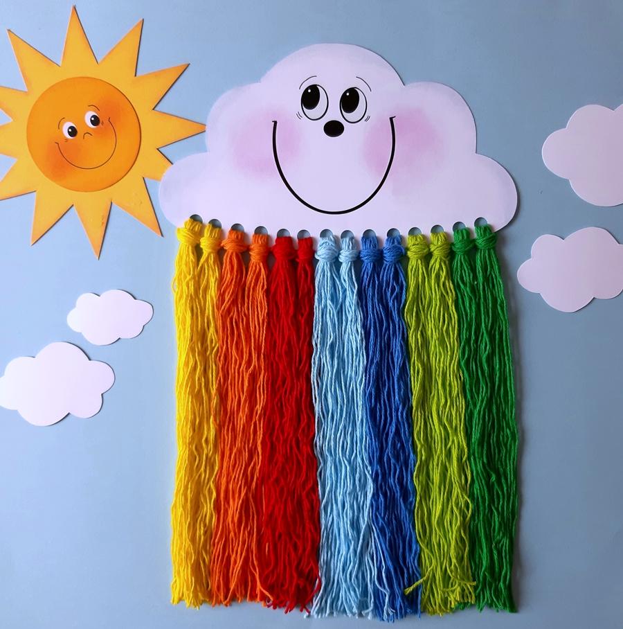 Wolke mit Regenbogen aus bunten Wollfäden