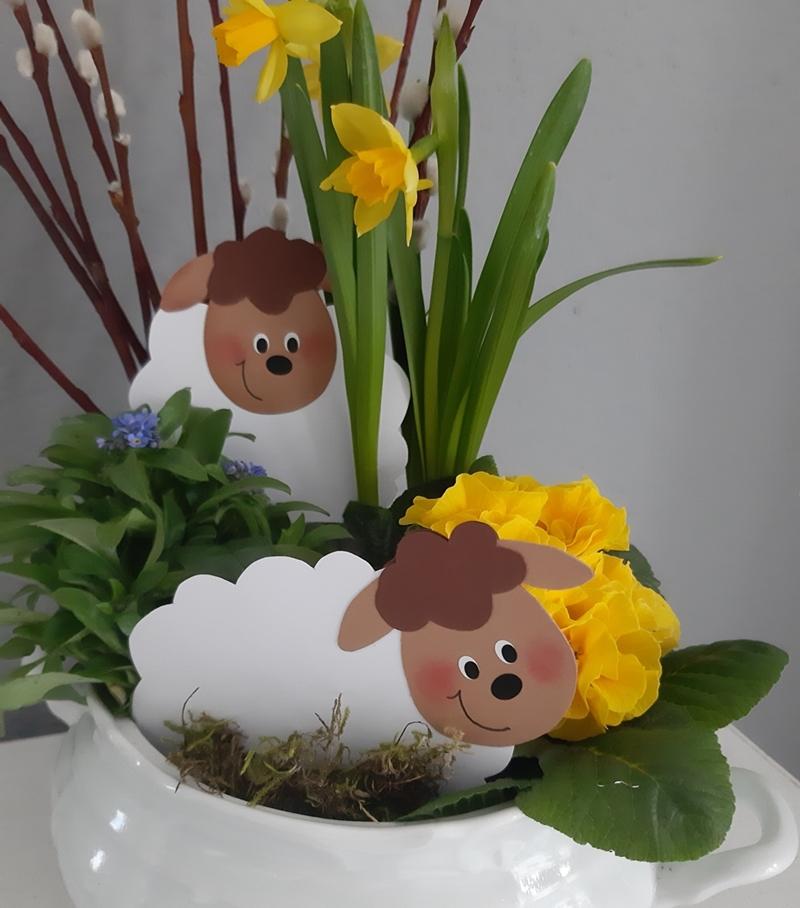 2 Frühlingslämmer als Blumenstecker aus Papier