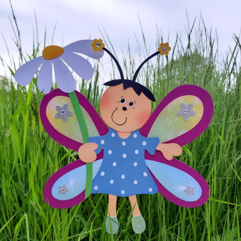 Schmetterlings-Mädchen auf einer Wiese
