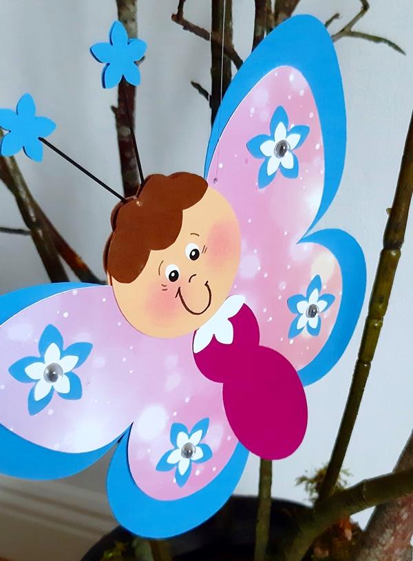 Schmetterling aus Papier in blau und pink