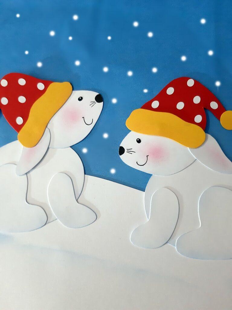 2 Schneehasen mit einer niedlichen weiß-gepunkten Mütze