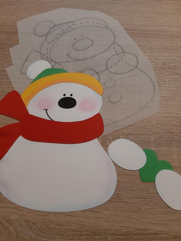 Schneemann aus Papier wird zusammengeklebt.