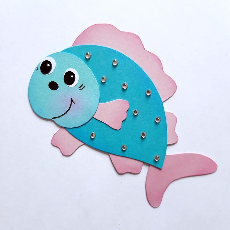 Fisch in rosa-blau aus Bastelpapier für das Mobile Seetiere