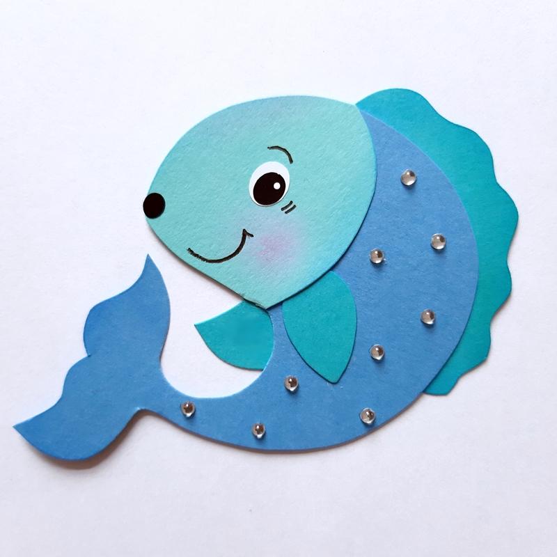 Fisch in grün-blau aus Bastelpapier für das Mobile Seetiere