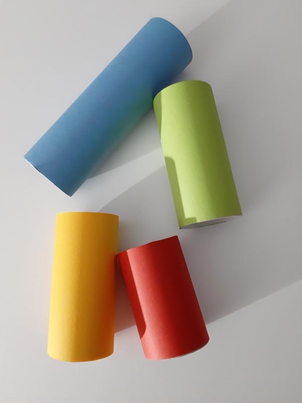 Papprollen mit buntem Tonpapier umklebt